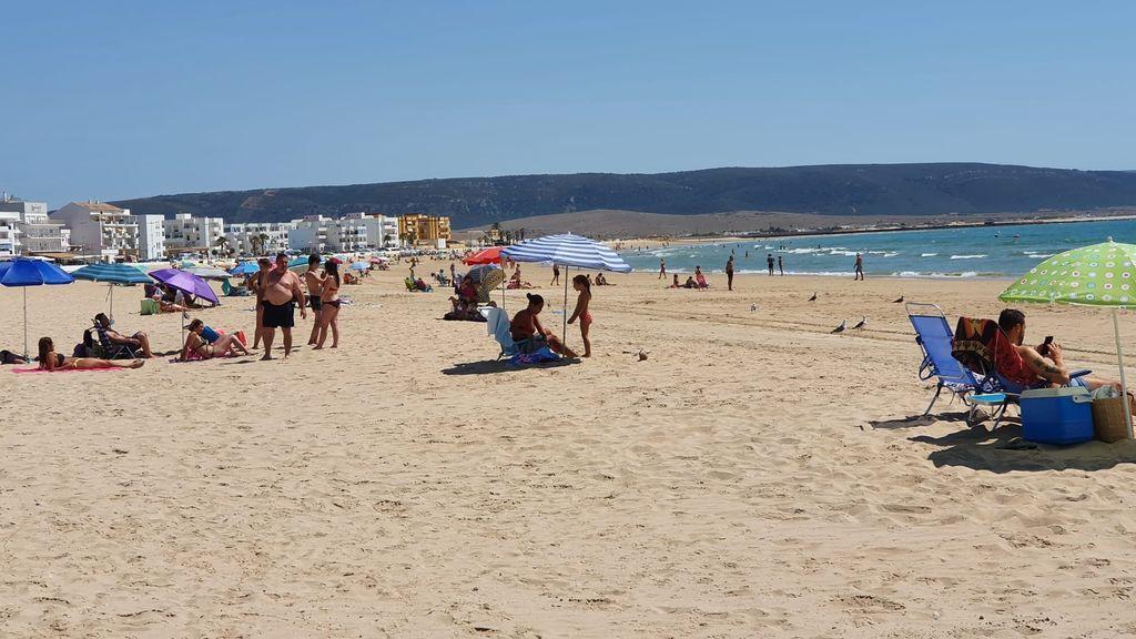 Numerosos bañistas acuden a las playas de Barbate este lunes