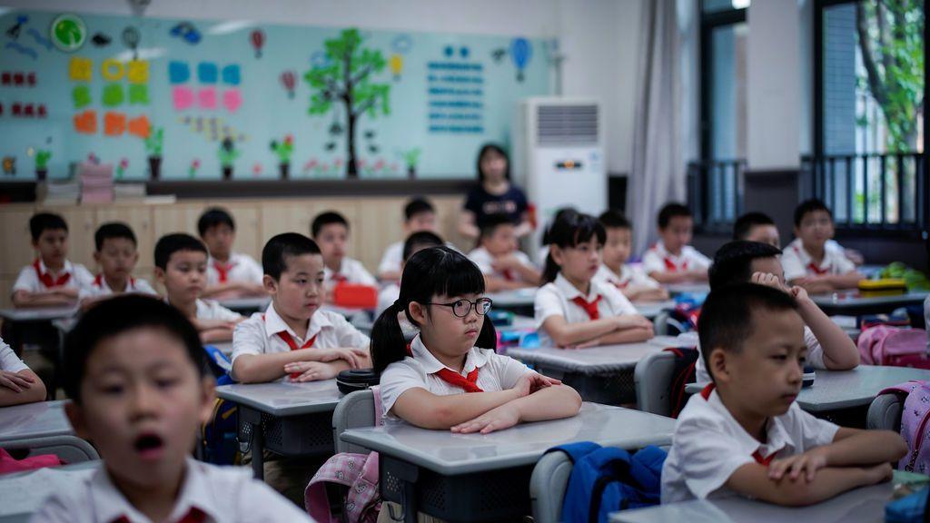 Los estudiantes son fotografiados durante una clase de chino en la Escuela Primaria de la Calle Changchun de Wuhan