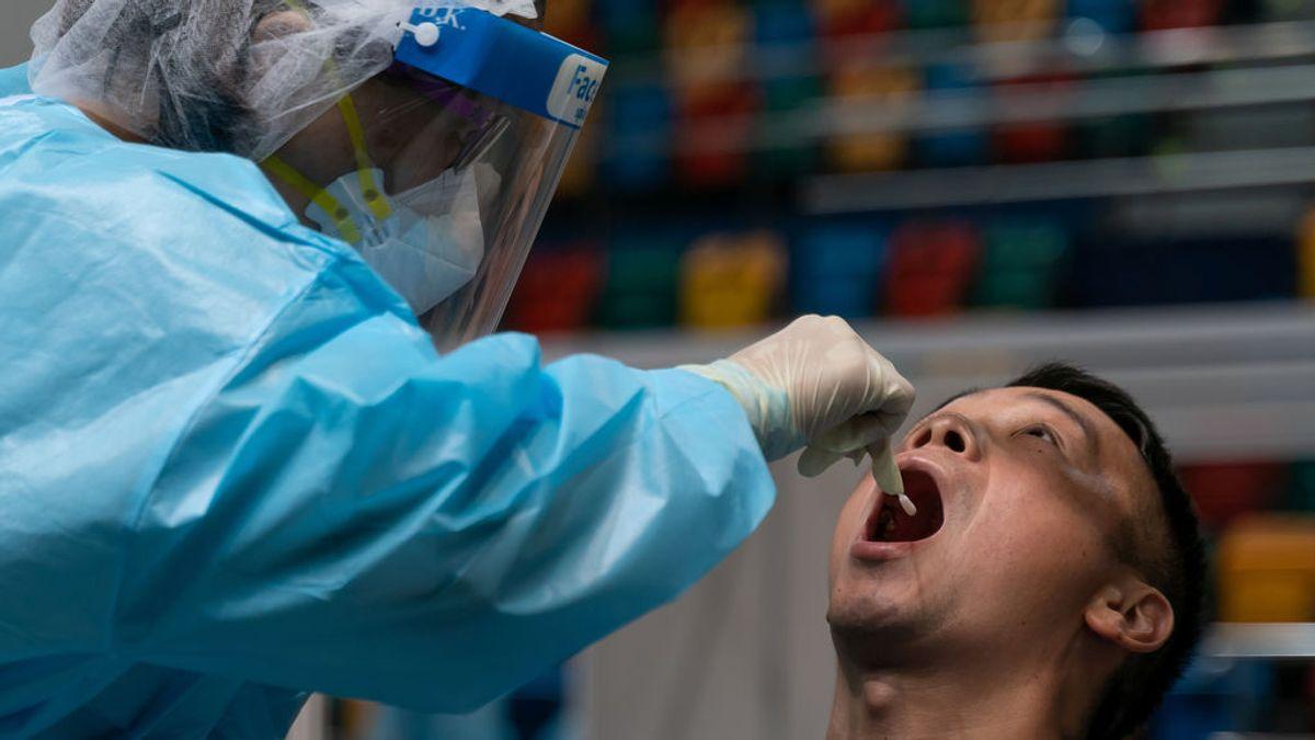 Un hombre se somete a una prueba PCR en Hong Kong