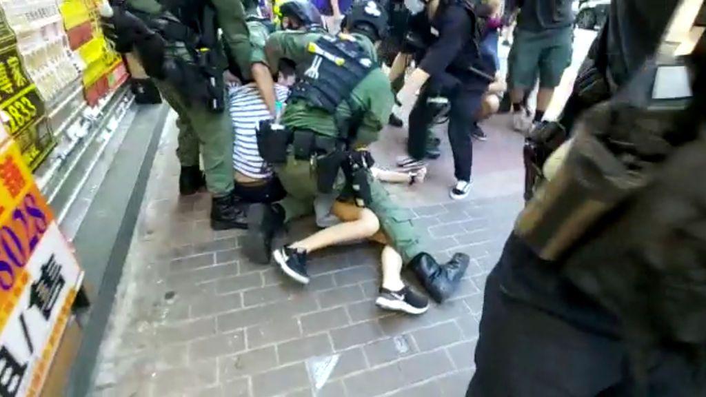 Momento del arresto de una menor en Hong Kong