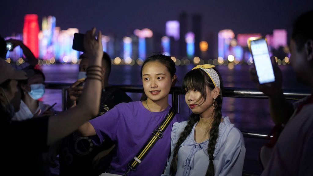 Dos jovenes posan para una foto en un barco que navega por el río Yangtsé en Wuhan, provincia de Hubei, en China.