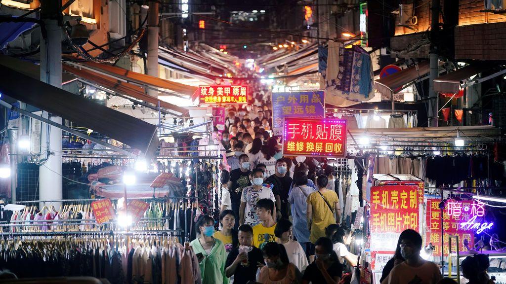 Personas paseando en un mercado de Wuhan.
