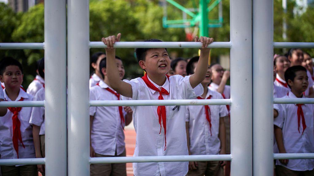 Los estudiantes participan en una clase de educación física en la Escuela Primaria de la calle Changchun de Wuhan