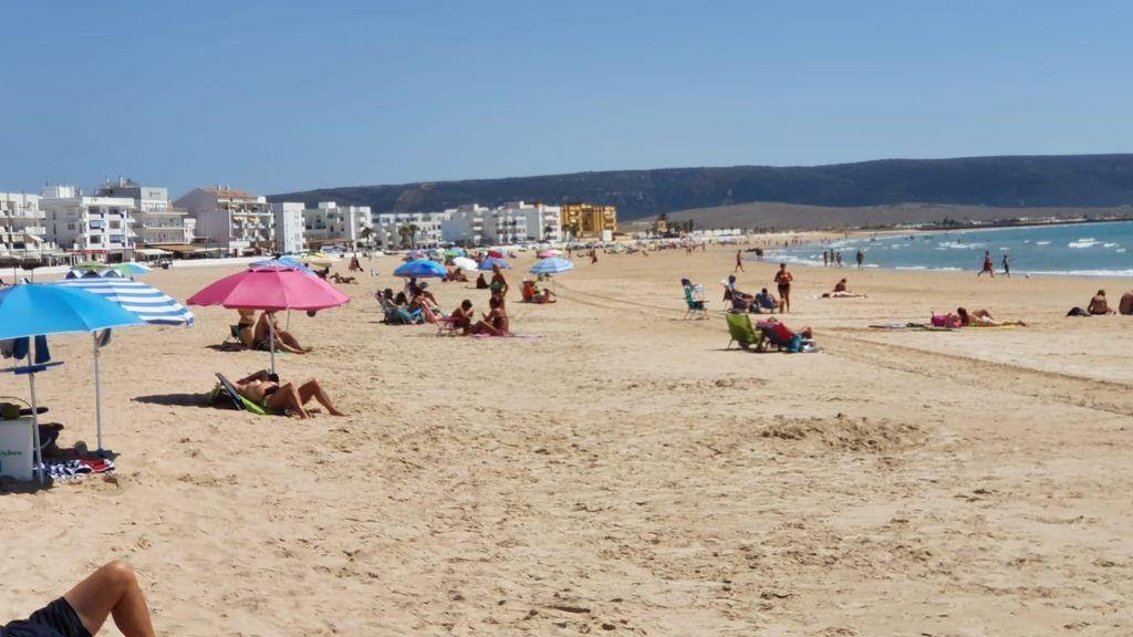 Mascarilla y distancia entre los bañistas que se resisten al autoconfinamiento en Barbate, Cádiz