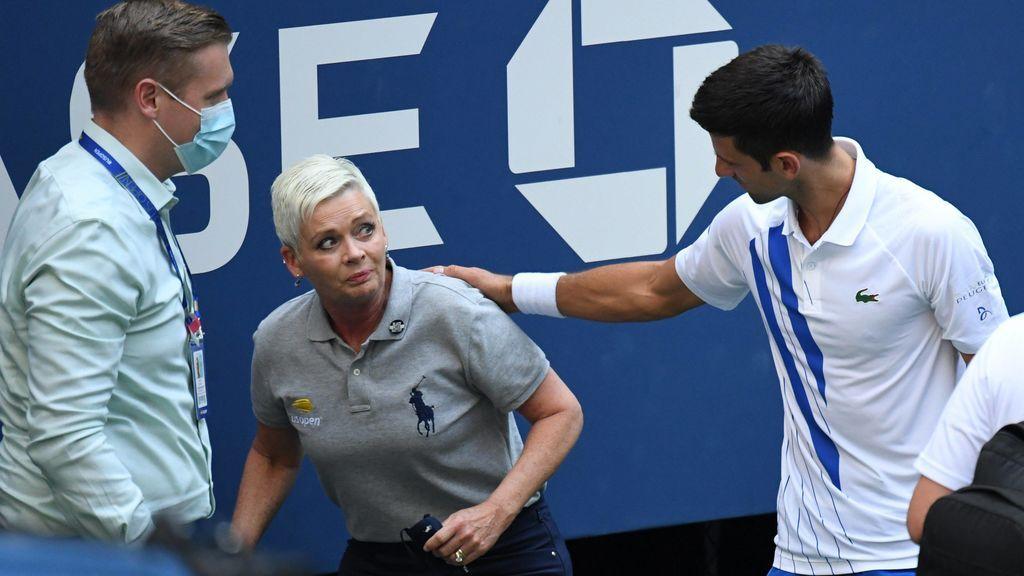 Djokovic, junto a la juez de linea a la que golpeó con una bola.