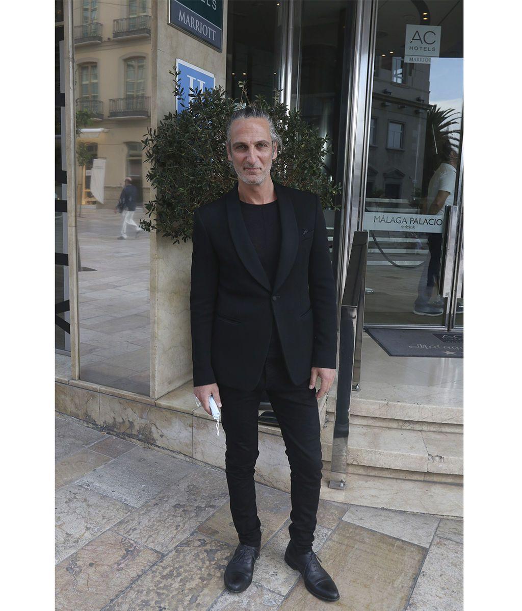 Ernesto Alterio posa frente al hotel
