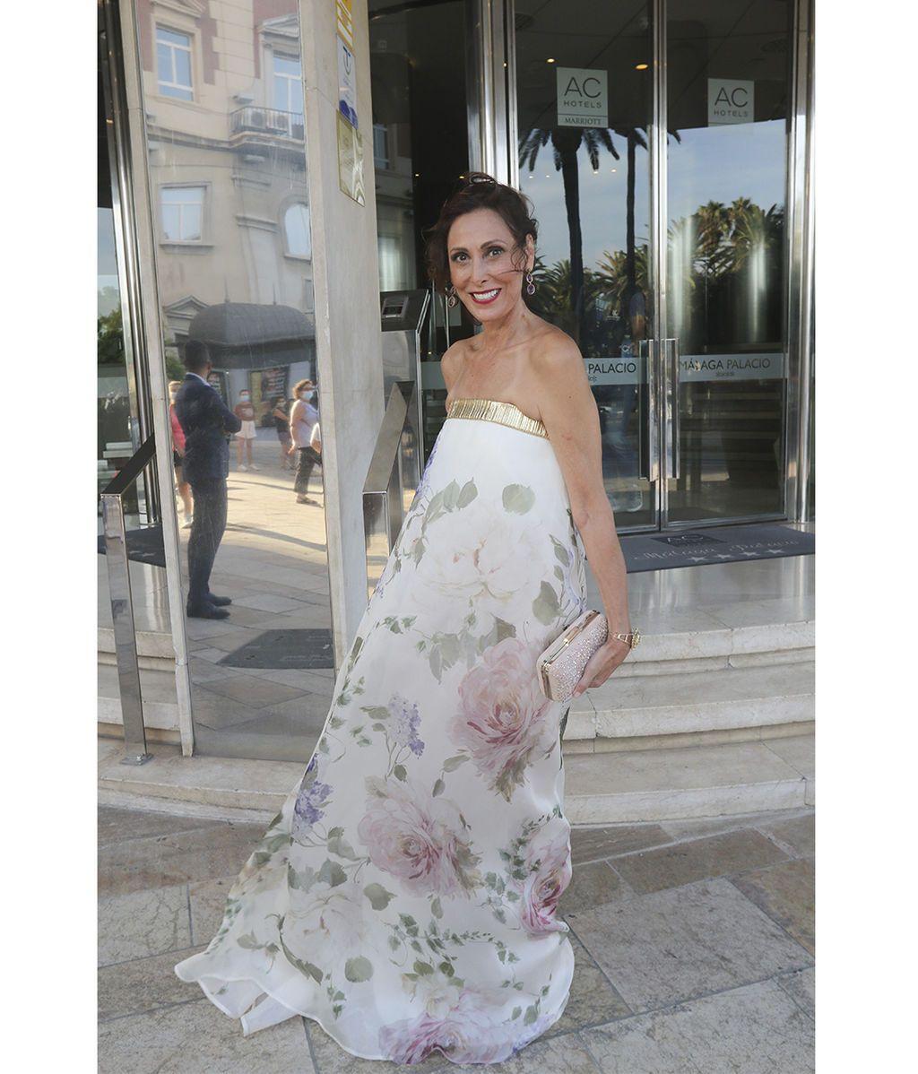 María Barranco, se muestra sonriente a su llegada al hotel