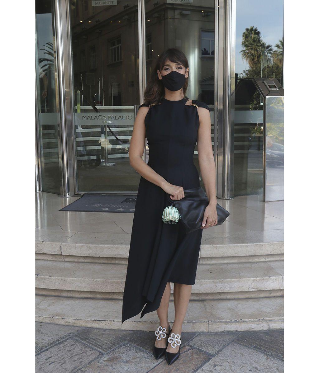 Belen Cuesta posa frente al hotel con su mascarilla