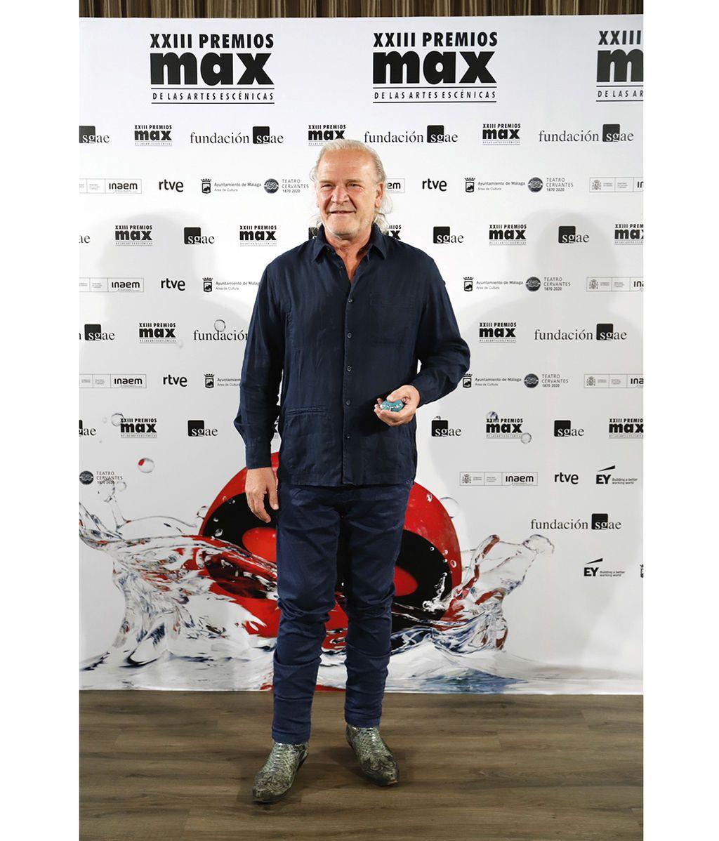 Lluis Tosar posa frente a las cámaras con su premio como mejor actor
