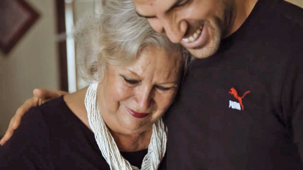 """La emotiva sorpresa de Cesc Fábregas a sus abuelos: """"Les quiero con locura"""""""