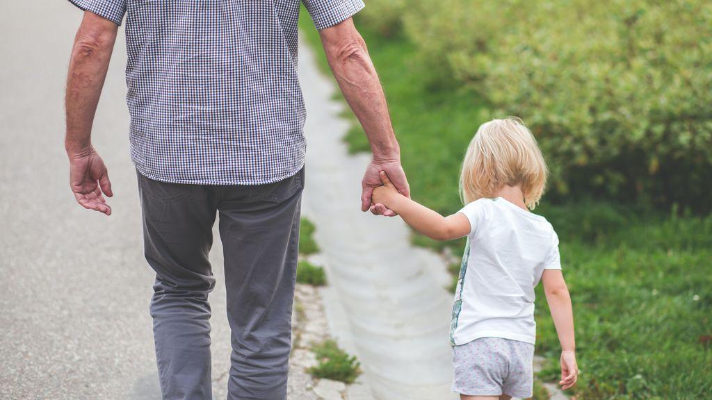 abuelo-paseando-nieta