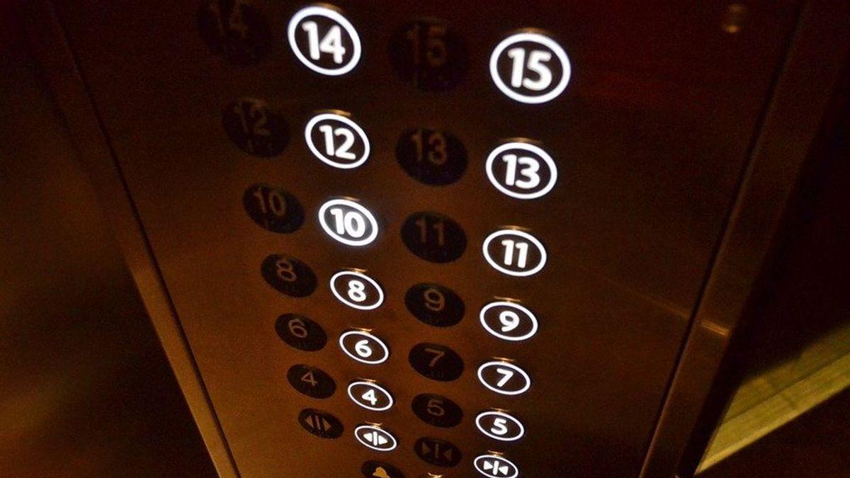 El gran error que cometemos en el ascensor cuando vamos solos