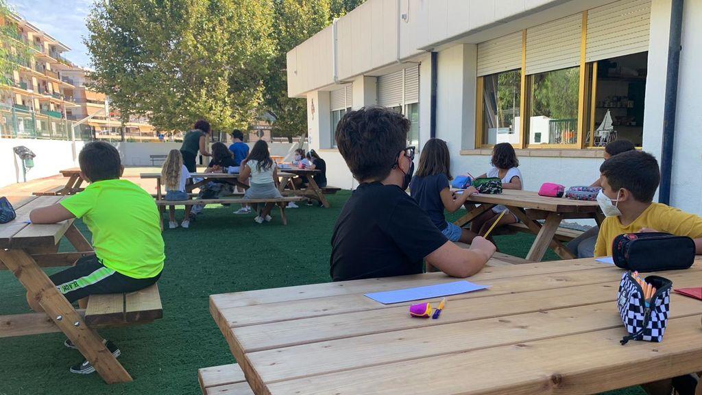 Clases en el patio con mesas de picnic en un colegio de Xàbia (Alicante) para evitar contagios