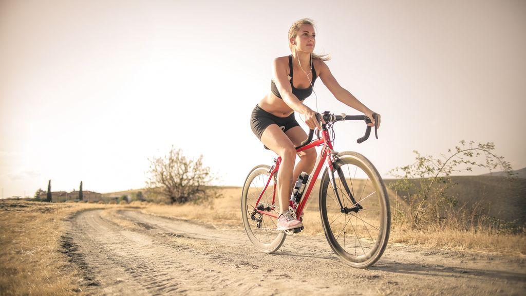 Mujer practicando ciclismo al aire libre.
