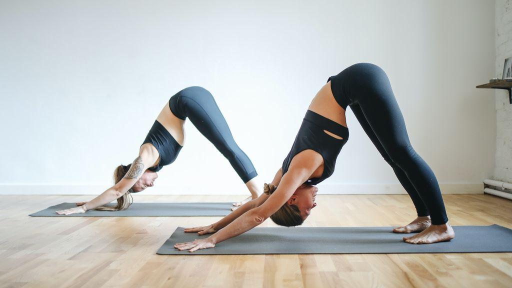 Dos mujeres en una clase de yoga.