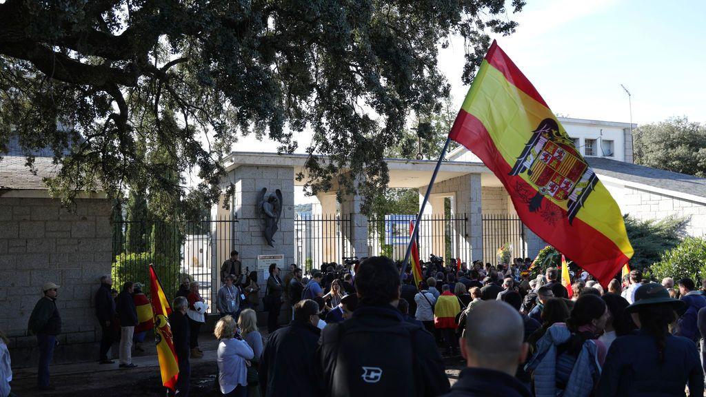 Simpatizantes franquistas, durante la exhumación y traslado de los restos del dictador