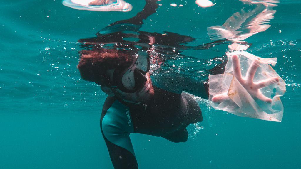 Fácil, seguro y muy recomfortante: iniciativas para acabar con el plástico en las playas