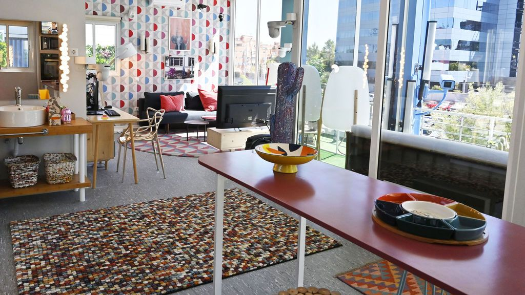 La decoración del 'pisito' del nuevo reality 'Sola': calidez y funcionalidad en una estética nórdica con toques de color