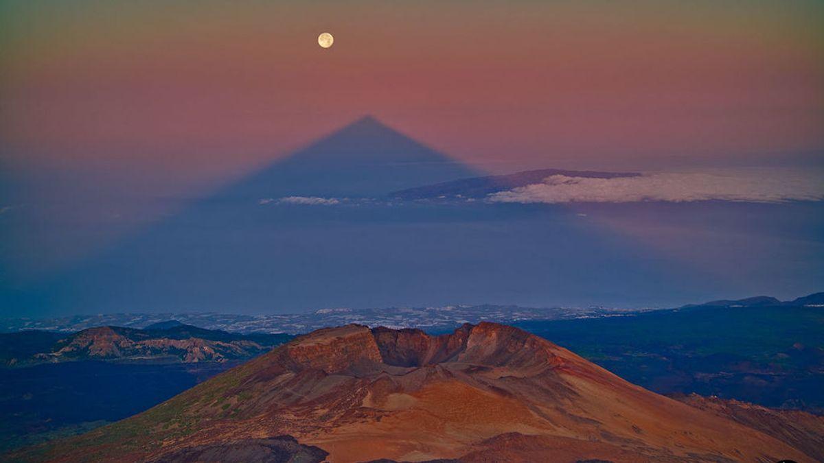 La sombra del Teide, un misterio universal: por qué se ve triangular si el pico no lo es