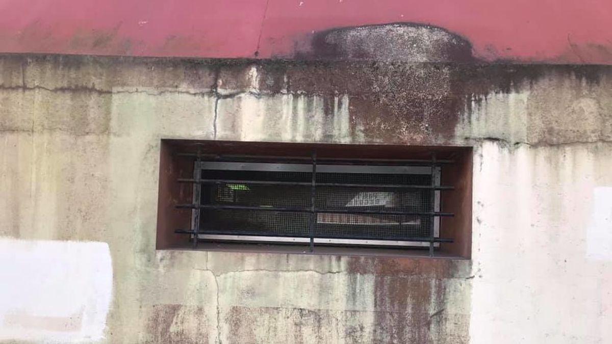 """Este ventanuco, la única ventilación para 75 escolares en A Coruña: """"¿Quieren una bomba epidemiológica? Aquí la tienen"""""""