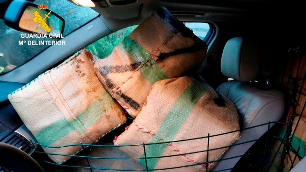 Dos narcotraficantes sorprendidos en un vehículo con 700 kilos de hachís