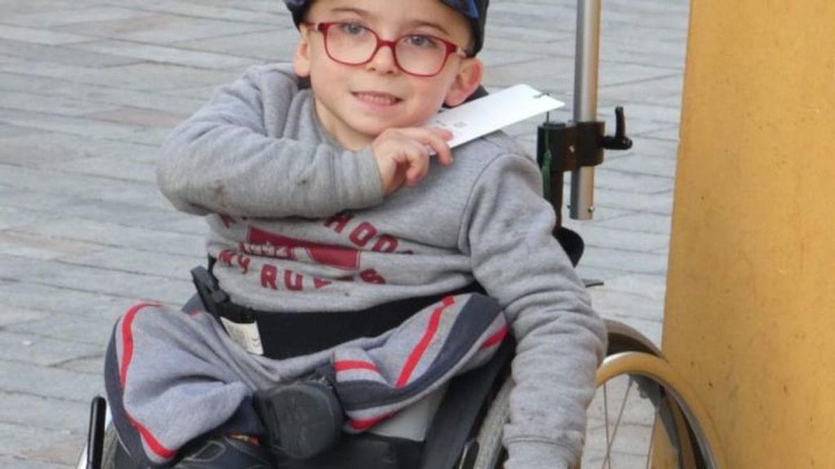 La familia de Íker, un niño con displasia caudal, pide ayuda para que pueda caminar con unas 'piernas de robot'