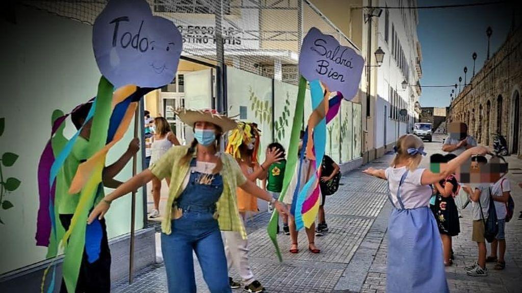 El 'camino de baldosas amarillas': La solución 'low cost' de un cole de Cadiz contra el COVID