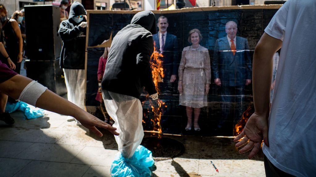 EuropaPress_3310628_varios_jovenes_queman_retrato_familia_real_manifestacion_convocada