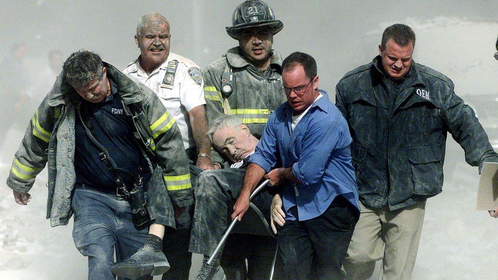 Los trabajadores de rescate llevan heridos mortales.