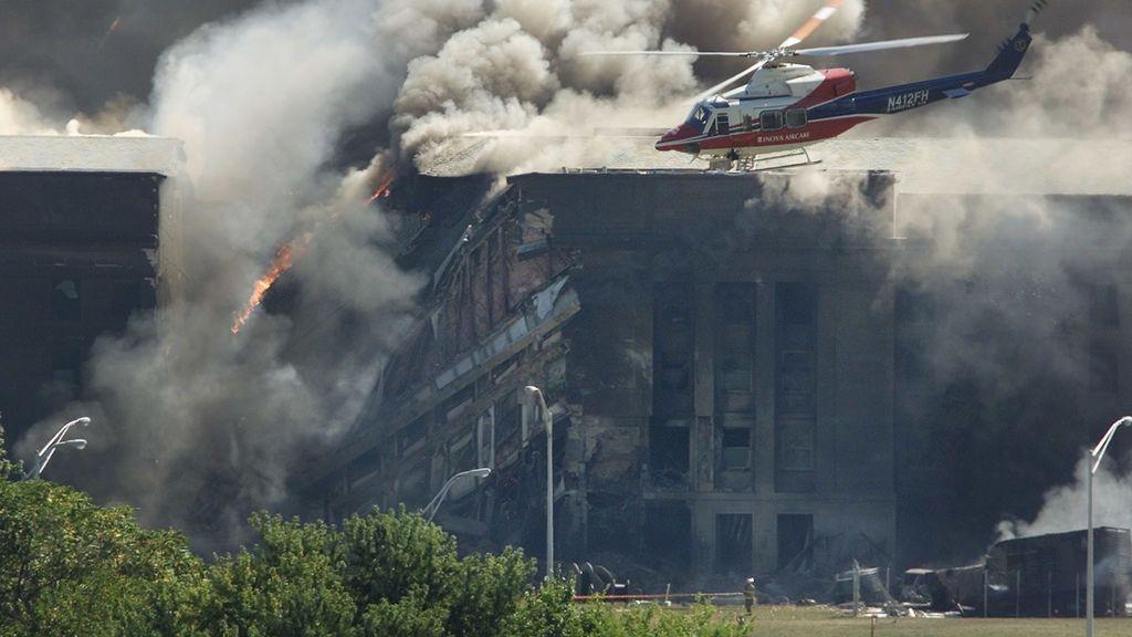 Un helicóptero de rescate examina los daños en el Pentágono.