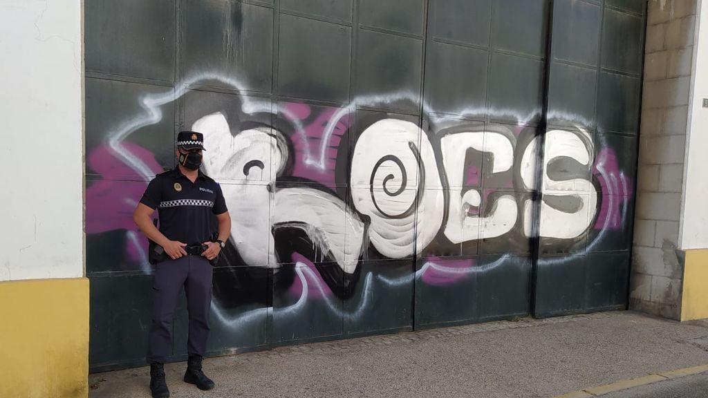 El agente ante otro grafiti