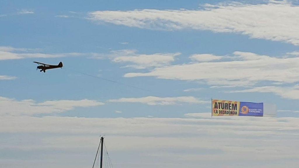 Una avioneta de Societat Civil Catalana sobrevuela Barcelona bajo el lema 'Paremos la decadencia'