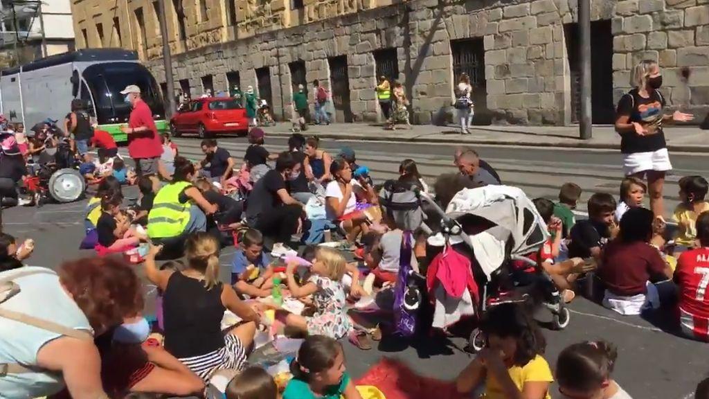Un picnic en plena calle de Bilbao para protestar por el cierre de un comedor escolar