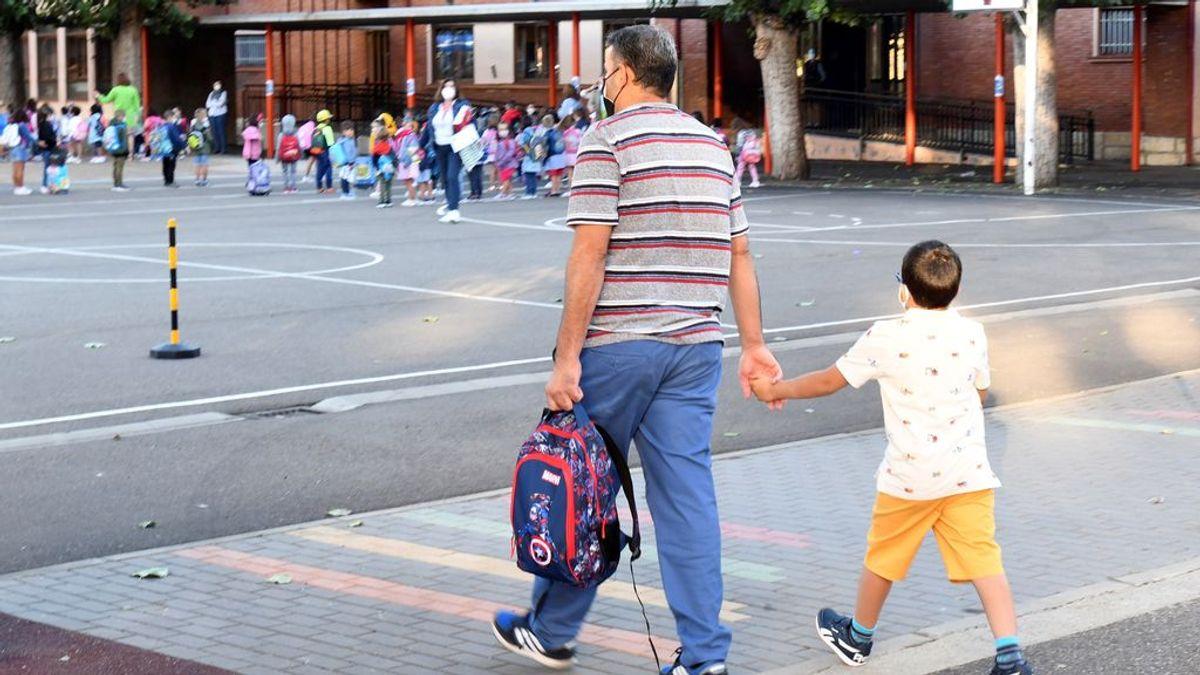 Un padre acompaña a su hijo a un centro escolar