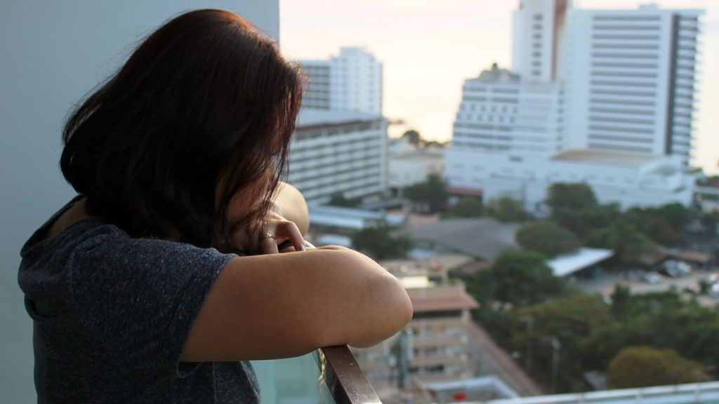 mujer balcón