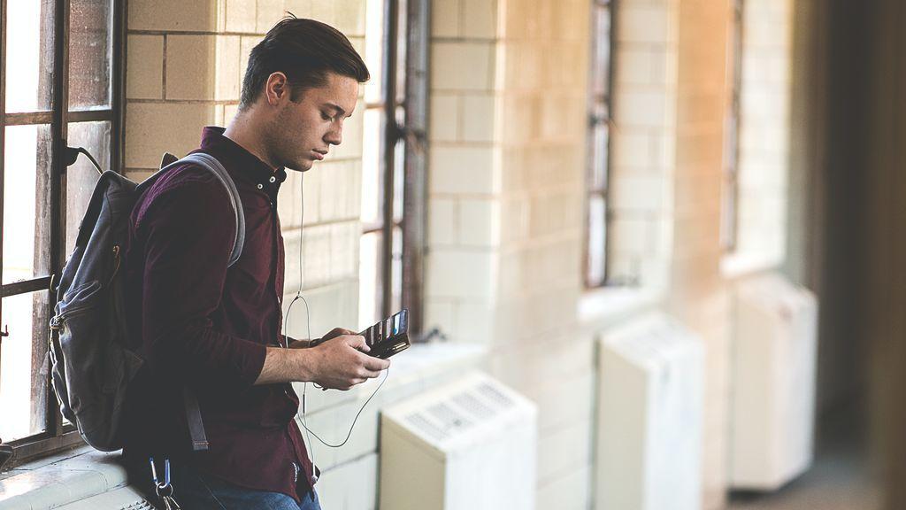 Estudiante mirando el teléfono
