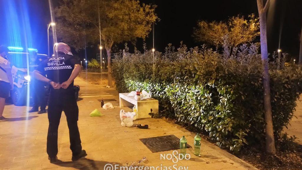 La Policía Local de Sevilla aborta una macrobotellona y desaloja a medio millar de jóvenes