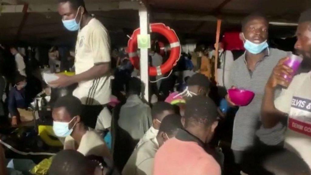 Migrantes hacinados en la cubierta del Open Arms