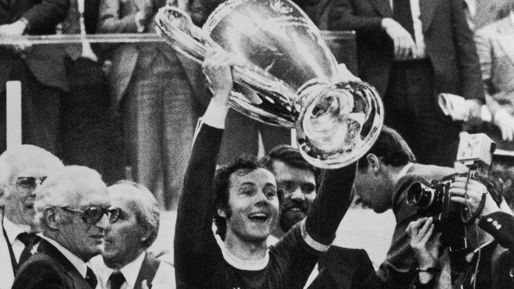 Franz Beckenbauer celebrando un título con el Bayern