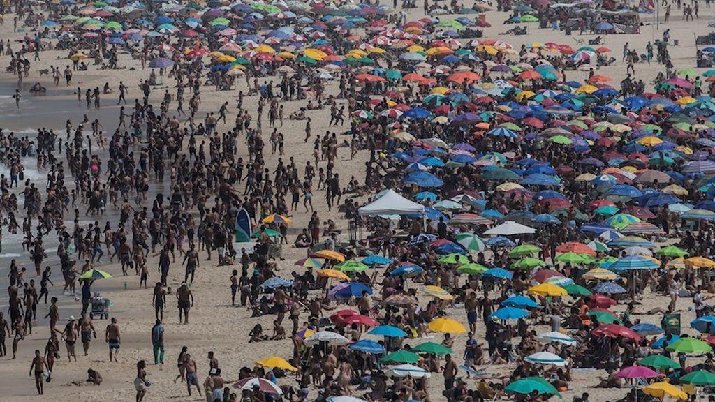 Aglomeraciones en las playas de Río de Janeiro en medio de desescalada