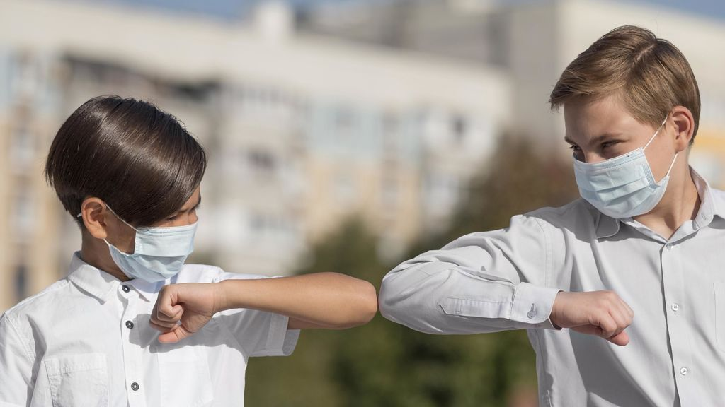 La OMS desaconseja saludar con el codo en tiempos de coronavirus: otras alternativas más seguras