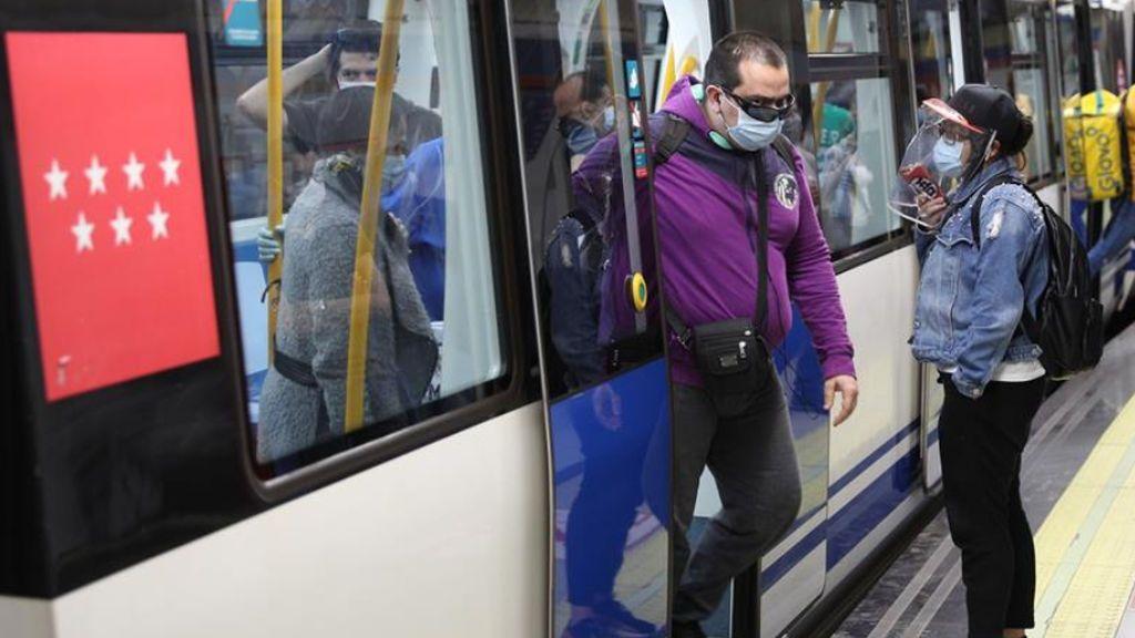 Hacinados, sin distancia de seguridad y con falta de medios: las quejas de los usuarios de Metro de Madrid