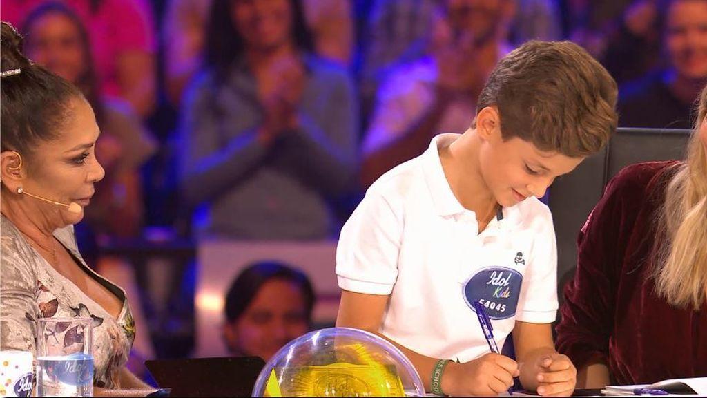 "Carlos le firma a Isabel Pantoja su primer autógrafo: ""Ya eres famoso"""