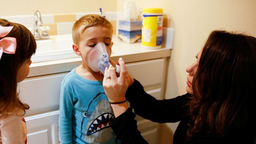 Ensayan si la vacuna de Oxford es más eficaz si se inhala en vez de inyectarse