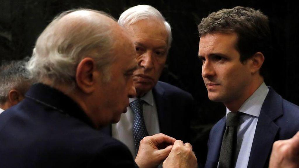 El presidente del PP, Pablo Casado, conversa con Jorge Fernández Díaz en una imagen de archivo