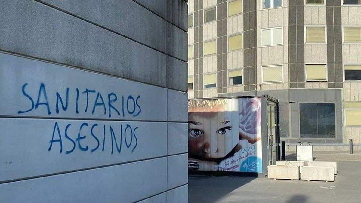 """Aparecen pintadas contra los sanitarios frente al Hospital La Paz de Madrid: """"Sanitarios asesinos"""""""
