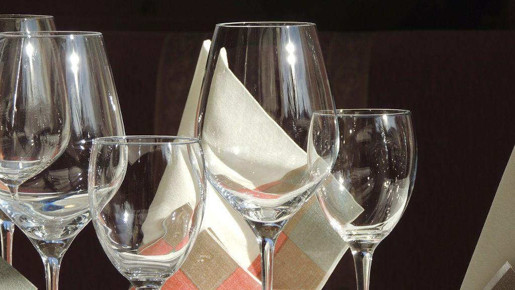 De la temperatura del agua al secado: trucos para limpiar las copas de vino
