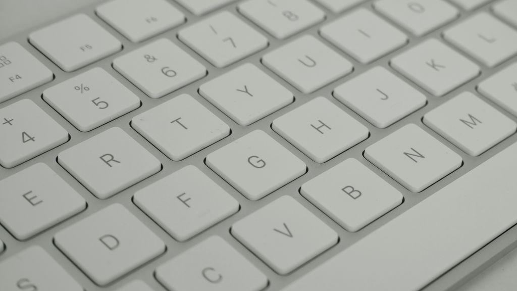 Utensilios y procedimiento para una limpieza efectiva del teclado.
