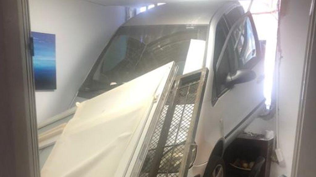 Empotra su coche automático contra una oficina en Valencia tras equivocarse con los pedales