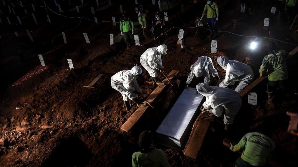 Negacionistas indonesios del coronavirus, obligados a enterrar a víctimas de la pandemia
